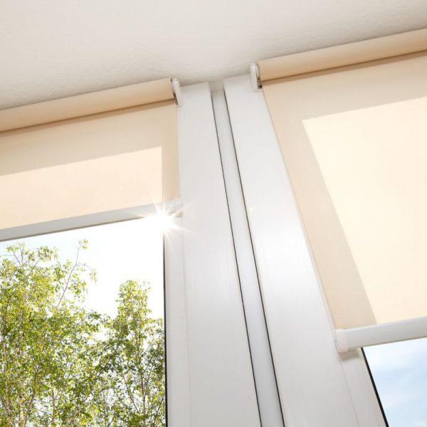 okna i beżowe rolety